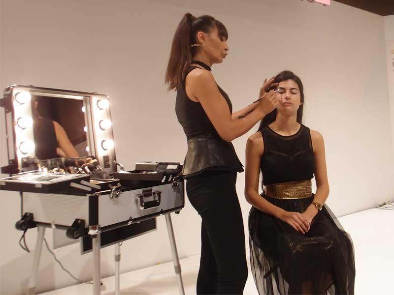 Escenario de Maquillaje y Uñas de Salón Look