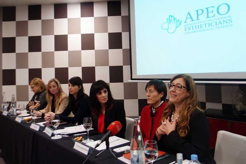 Entrevista a la doctora Carolina Ambra, la esteticista Loretta Pizio y la esteticista especializada en estética oncológica y representante de APEO, Nuria Sánchez