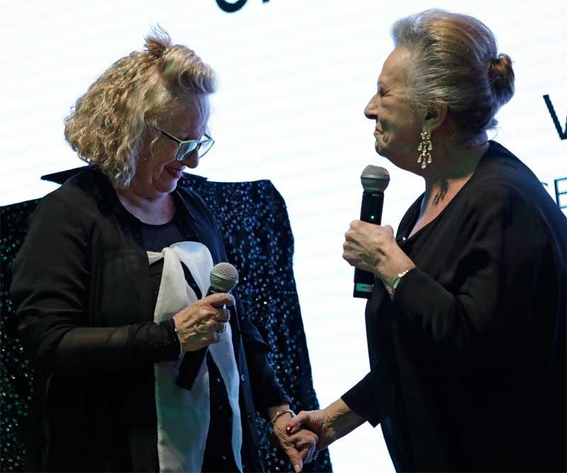 Carmen Cazcarra entregando el premio honorífico a Cristina Sorli.