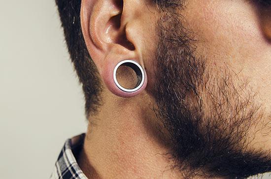 dilatación lóbulo oreja hombre
