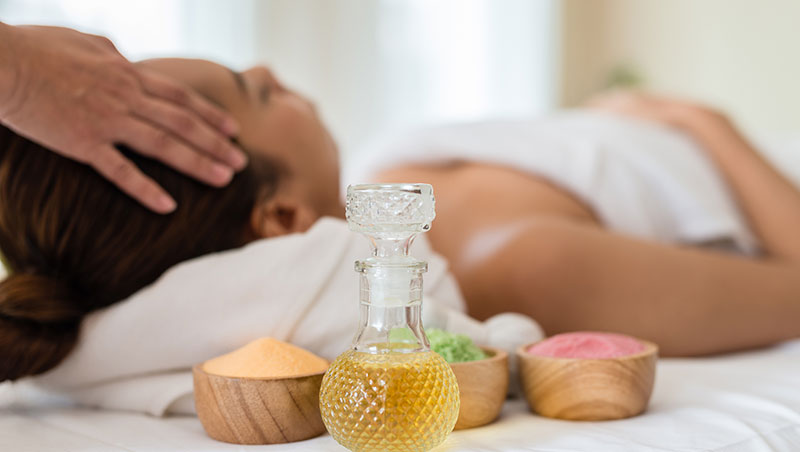 Ritual de spa con aceite de jojoba y sales