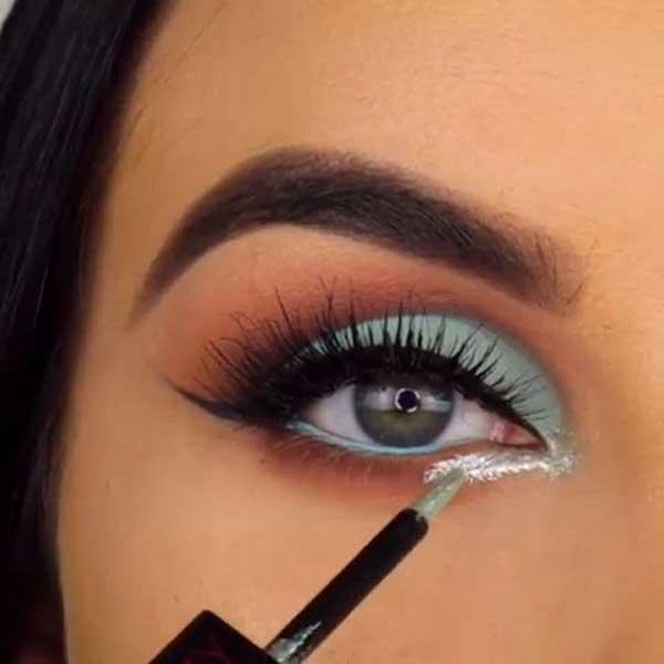chica pintandose el ojo