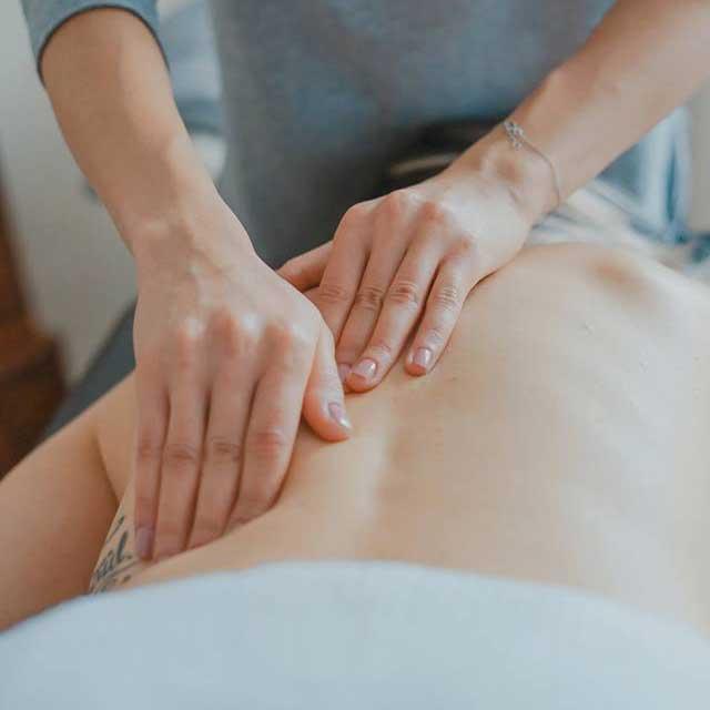 manos dando masaje