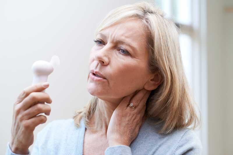 Mujer con calor menopausia