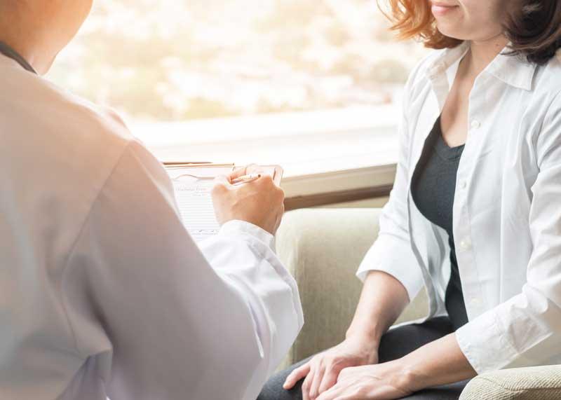 Chica hablando con médico