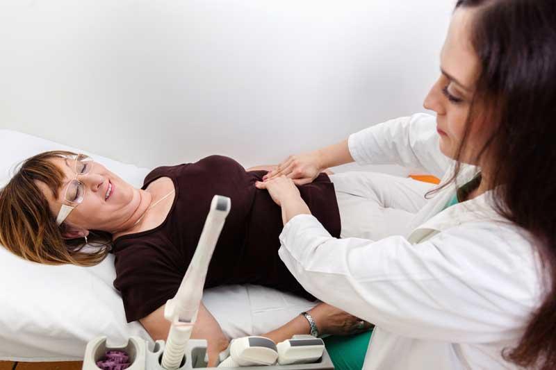 Mujer en revisión con medico, menopausia