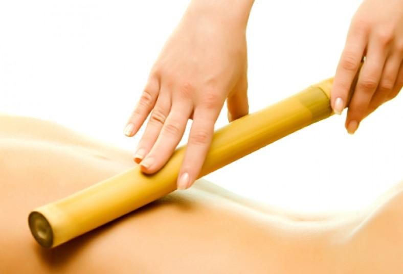 tecnica de masaje con cañas de bambú