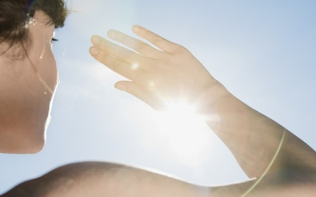 mujer deslumbrada por el sol, potencial persona afectada por cuperosis