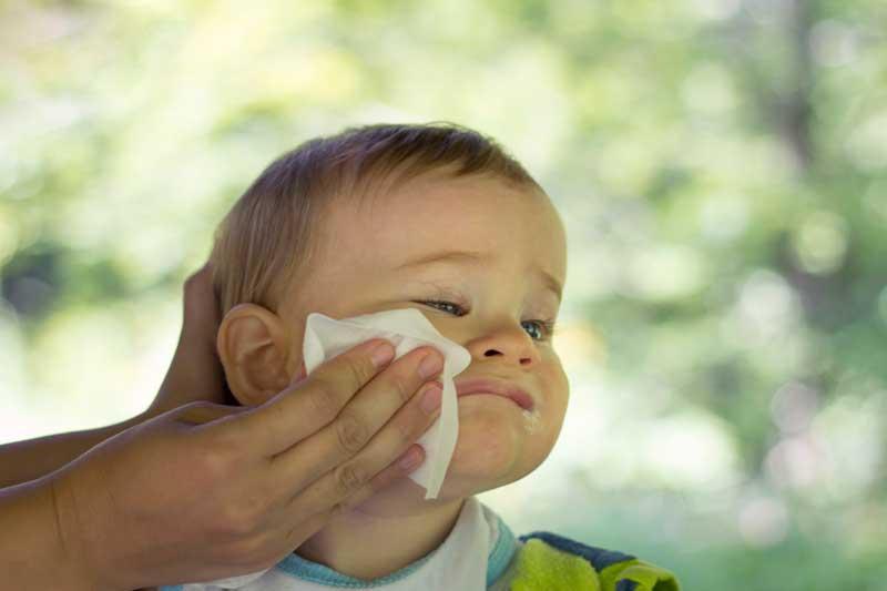 bebé con toallita