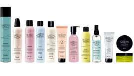 Consta de 16 productos, de fuerte personalidad, colorido y perfumado, pensado para moldear, esculpir, definir todo tipo de cabello