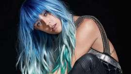 La modelo y DJ estadounidense, famosa por su melena de colores de fantasía, se incorpora al exclusivo colectivo de embajadoras de la firma