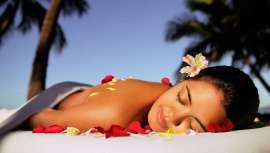 Este masaje, de origen hawaiano, es como una danza al recorrer todo el cuerpo a ritmo de música hawaiana. Suele combinar aromaterapia y musicoterapia