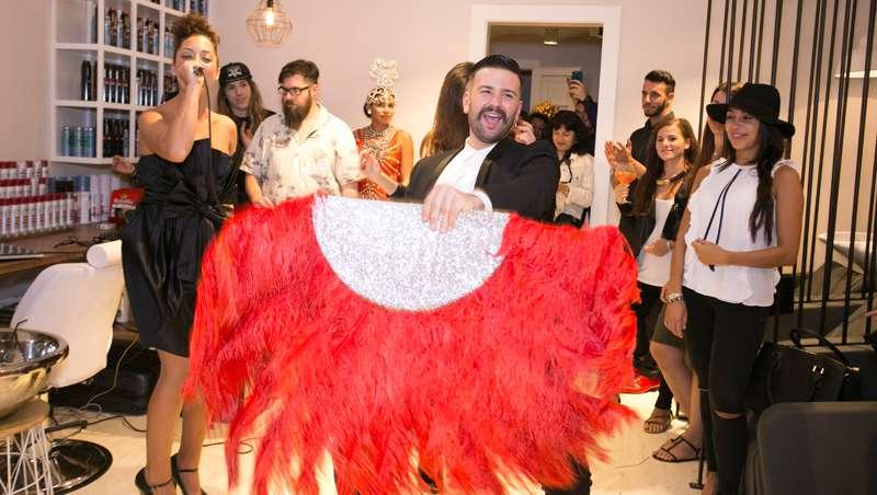 Famosos, peluqueros y amigos arropan a Héctor Carvajal en la inauguración de su salón