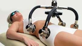 Emplea la tecnología cold laser (láser frío) que no precisa de cirugía, anestesia ni vendajes posteriores