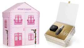 Un tesoro cosmético en una dulce casita de muñecas y un cofre cosmético antiage de estilo étnico-chic
