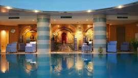 El hotel se encuentra en el oasis de Ein Bokek (colinas de Judea), a orillas del Mar Muerto