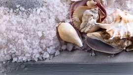 Este compuesto, que se encuentra en los lechos marinos y procede de los huesos y conchas de organismos marinos depositados durante millones de años, también se encuentran en el mármol, la piedra caliza y la tiza