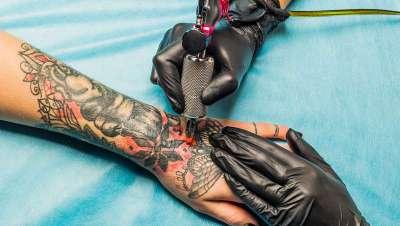 Existen productos potencialmente peligrosos en las tintas empleadas para tatuajes en Europa