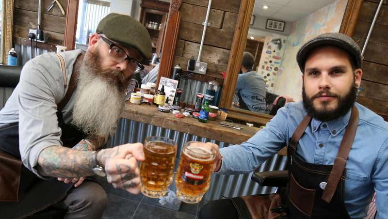 Un barbero francés lanza su propia marca de cerveza
