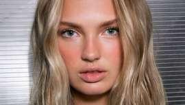 Esta técnica en maquillaje convive con el strobbing o el contouring, y se basa en aplicar polvos bronceadores de manera natural