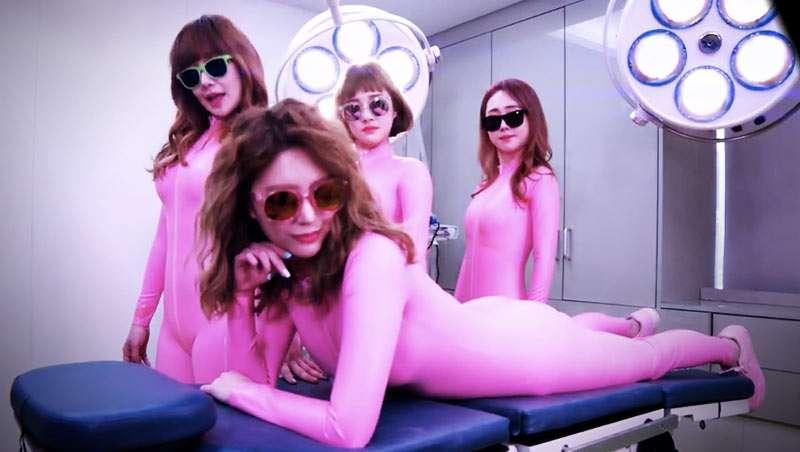 Un grupo musical coreano enseña en su nuevo videoclip sus operaciones estéticas