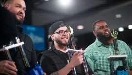 El 25 de marzo, la firma estrenó su primera competición de grooming sobre el escenario principal del America