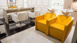 El amarillo es tendencia y Amabilia lo incorpora a su mobiliario y accesorios de peluquería para conseguir un ambiente acogedor y luminoso