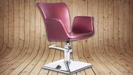 Este sillón, buque insignia de Italor, con sus líneas sinuosas y elegantes está incluido en el catálogo Business Concept de Collection 17-Concept Series. El modelo se presenta tapizado en un tono burdeos metalizado que no pasa desapercibido