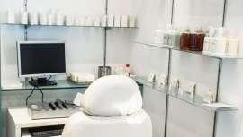Ángela Navarro -conocida como la peluquera de Cibeles- se ha convertido en una autoridad en peluquería oncológica. Hemos charlado con ella sobre esta técnica que da solución a las alteraciones causadas por la enfermedad y su medicación