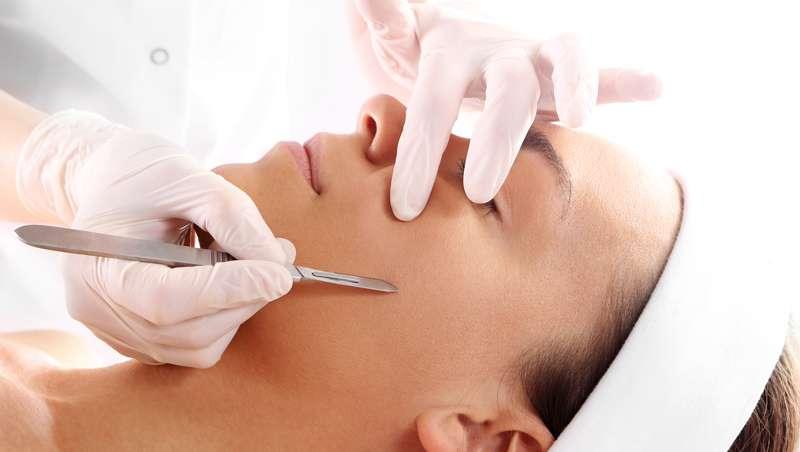 Dermaplaning o afeitado facial femenino