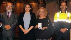 El reconocimiento lo recibió en el Ayuntamiento de Barcelona de manos de la alcaldesa Ada Colau
