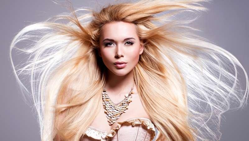 Um cabelo mais bonito que nunca. Reestruturação, o tratamento estrela do outono no salão de cabeleireiro