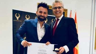 Alexei Garvia, profesional peluquero, galardonado con la Medalla de Oro en reconocimiento a su labor empresarial
