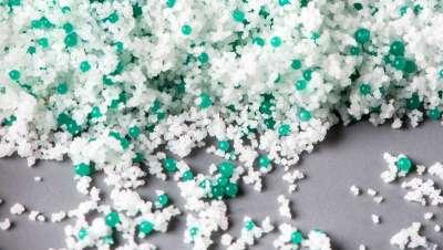 Reino Unido prohíbe el uso de microplásticos en la producción de cosméticos y productos de aseo personal