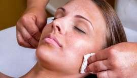 Los dermatólogos no se cansan de insistir, las lesiones pigmenatadas o manchas en la piel han de ser diagnosticadas por esta ciencia de la medicina. Revisamos hoy cuáles son las principales y cuáles los tratamientos más actuales para eliminarlas