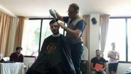 O secador de cabelo é uma ferramenta principal também nos cabeleireiros masculinos e este modelo da forma cumpre com os requisitos que procuram num barbeiro profissional