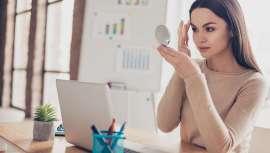 Así concluye un curioso estudio en el que maquillaje y liderazgo se hallan intrínsecamente unidos a los ojos del resto de los mortales cuando se trata de liderazgo femenino, lo cual nos lleva a revisar los fundamentos del maquillaje y su uso social