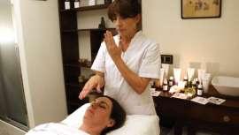 Este tratamiento, basado en la cosmética cuántica, se basa en desbloquear el cuerpo y abrir zonas por las que la pasa la energía