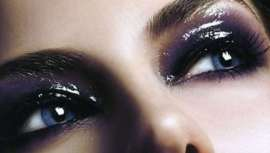 Trata-se de oferecer um aspeto molhado nos olhos, dando um look diferente e moderno que não passa despercebido. Luminosidade, efeito esfumado e uma maquilhagem especial para festas