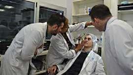 Una experta en estética realiza un diagnóstico de la piel a cada uno de los trabajadores de la firma y les aconseja cómo conservarla