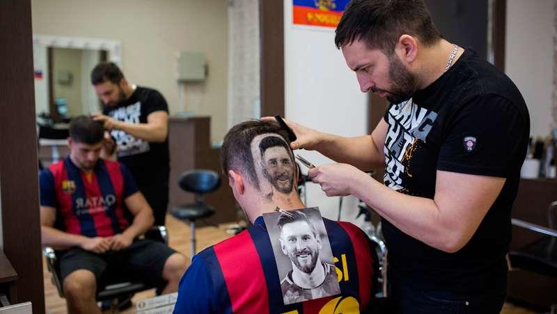 La fiebre del Mundial de Fútbol llega a la barbería