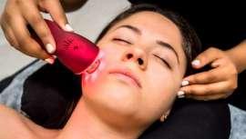 Aporta firmeza y resistencia en la piel. De esta manera, la regenera, evitando las arrugas al tiempo que la flacidez en el rostro