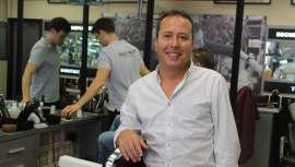 Fernández es la segunda generación de barberos al frente del Salón Balmes, con 73 años de historia en Barcelona. Su negocio es finalista a Barbería del Año, según Barberiasconencanto. La respuesta la conoceremos en Salón Look