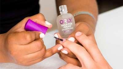 O esmalte para os homens que também pintam as suas unhas