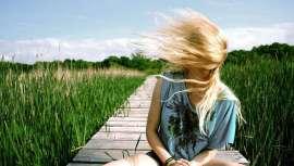 Que horror! Frágil, áspero, sem brilho, endurecido... Não é de admirar que o telefone, o cabeleireiro e a agenda de compromissos se enchem de fumo. Se seu cabelo voltou queimado pelo sol, a visita ao salão é imposta