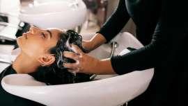 Poco se habla en detalle del masaje en el lavacabezas de la peluquería. Hacer del masaje culto y deseo nos garantiza clientes satisfechos. Analizamos con Enrique Serrano, Salón Gaudí, un servicio estrella que esconde muchos secretos