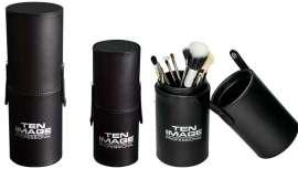 En un formato cilíndrico, la firma presenta dos prácticos modelos que facilitan el trabajo de los maquilladores