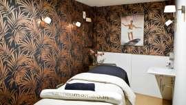 Se trata de un espacio exclusivo para el hombre, con una decoración de estilo tropical con inspiración exótica que transmite un ambiente cómodo y acogedor