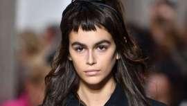 As Passerelas da Moda Internacionais ditaram a tendência. Kaia Gerber surpreende com o seu novo look no desfile de Miu Miu com o seu atrevido Baby Bangs e Blow Dry Bar está aqui para nos contar