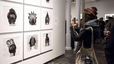 La historia del retrato fotográfico también incluye el peinado en Foto Colectania